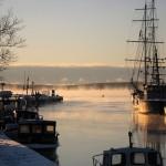 Ronnebyhamn med ett rykande frosthav i solskenet