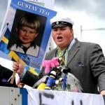 Gustav på studentflaket med plakatet i högsta hugg