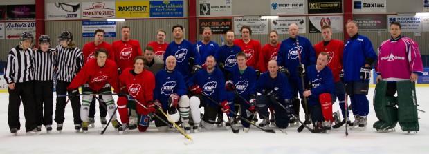 Deltagarna i hemvändarhockeyn, gamlingarna i blå matchtröjor