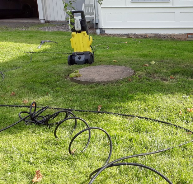 Högtryckstvätten med rensslangen / Mobilfoto
