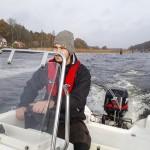 Calel vid rodret på väg ut ur Järnaviks hamn
