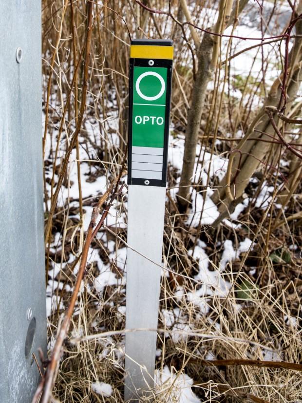 Stolpe märkt med en dekal som säger OPTO