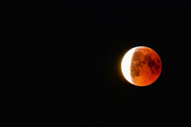 Jordens skuggning av månen börjar släppa